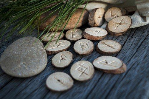 Runen: Foto: © Borys_Vasylenko / shutterstock / #344234795
